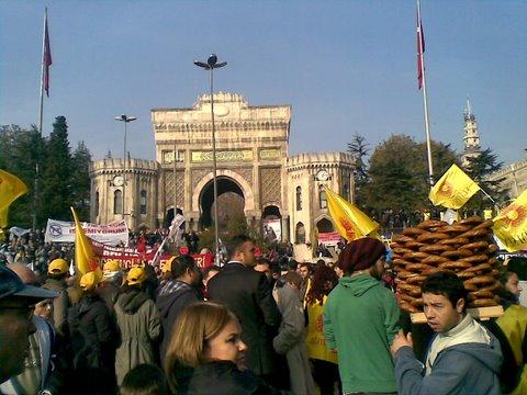 Memurlar, Hükümet`e Beyazıt Meydanı`ndan seslendi.  Resmi büyük görmek için lütfen tıklayınız...