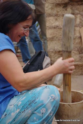 Anne-Marie essaye le pilon pour préparer une sauce pour le tot