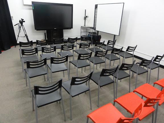 白スタジオとパンダビジョン(世界最大の82インチ電子黒板)