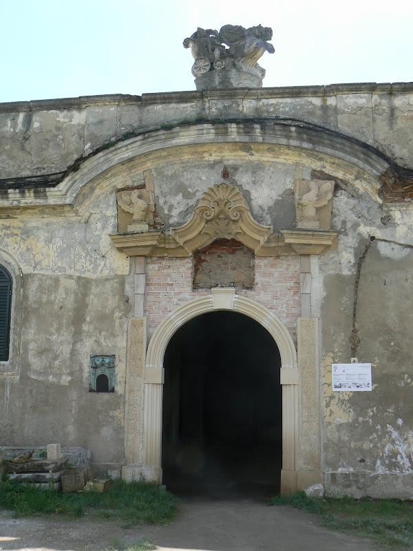 Castelul Banffy - Intrarea în clădirea vechilor grajduri