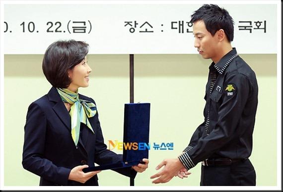 KimNamGil-FC.com Award form Mongolian Goverment (20)