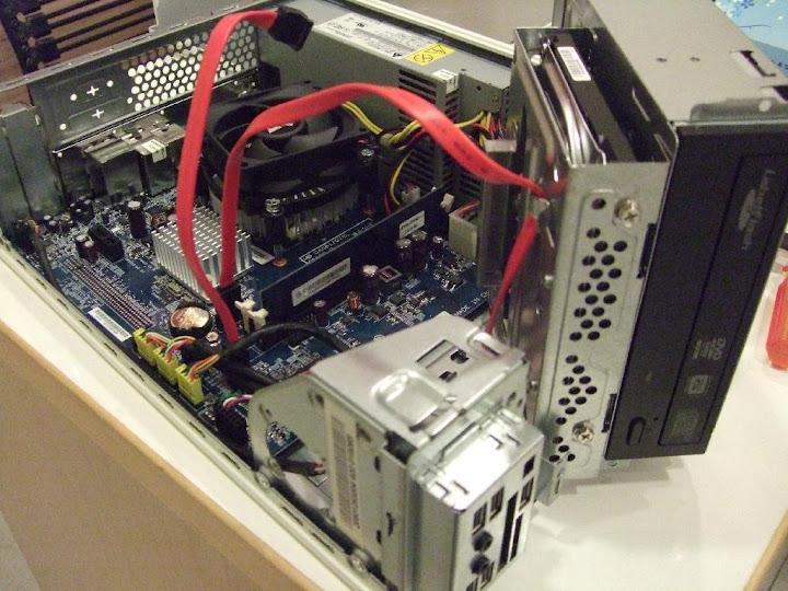 (圖:順便把她的電腦整理一下,解決光碟機按鈕卡住的問題。)