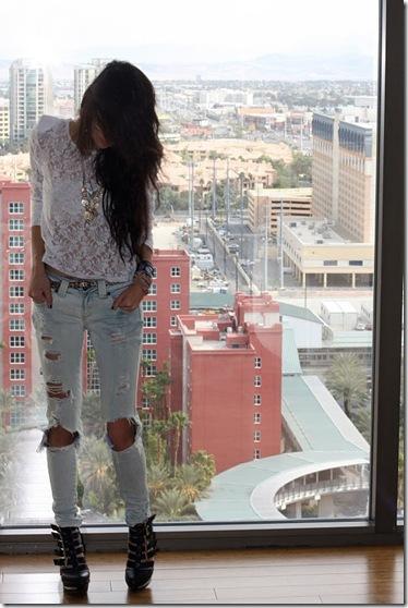 Брюнетки в рваных джинсах на аву