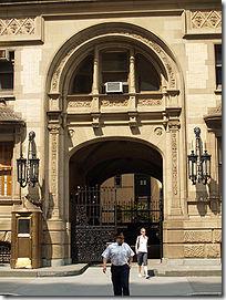 Pintu masuk bangunan the Dakota dimana Lennon ditembak.