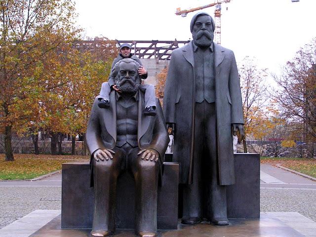 ☭ LA HUELLA SOCIALISTA SOVIETICA EN BERLIN ALEMANIA ☭ 063%20-%20Un%20Enano%20a%20Hombros%20de%20Gigantes