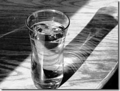 cốc nước trắng