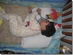 090201 Sun Josue agotado en su cuna con sus 3 inseparables amigos peluches