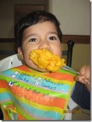 090330 Mon Josue Comiendo mango-7