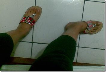 sandálias nos pés