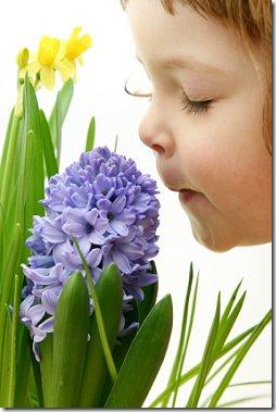 Menina cheirando a flor