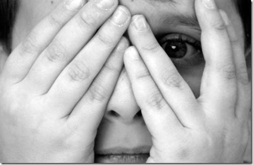 Pessoa escondendo o rosto