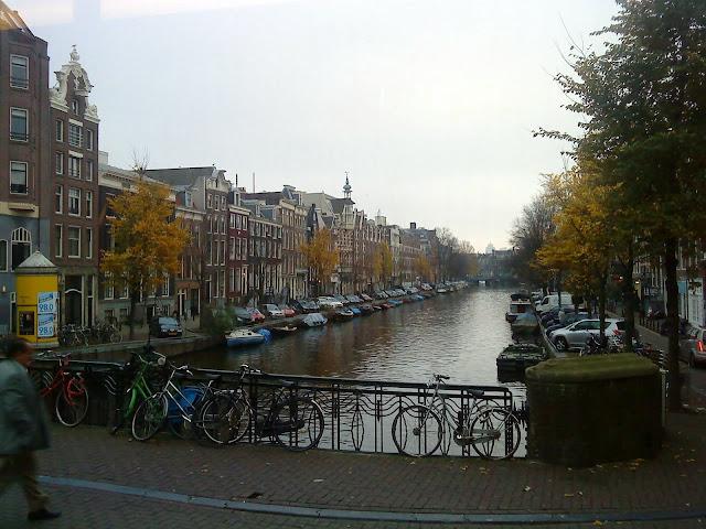 Canal en el centro de Amsterdam