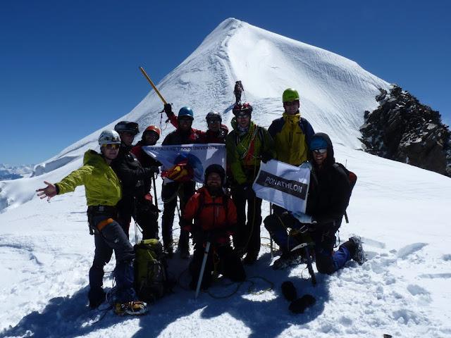 L'équipe de neuf sous le sommet du Mont Blanc