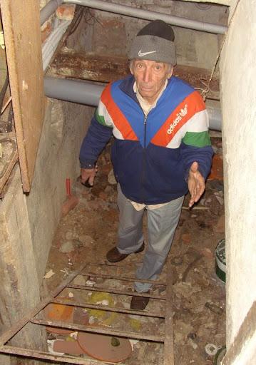 Вход в подвал. На этой лестнице можно легко сломать ногу.