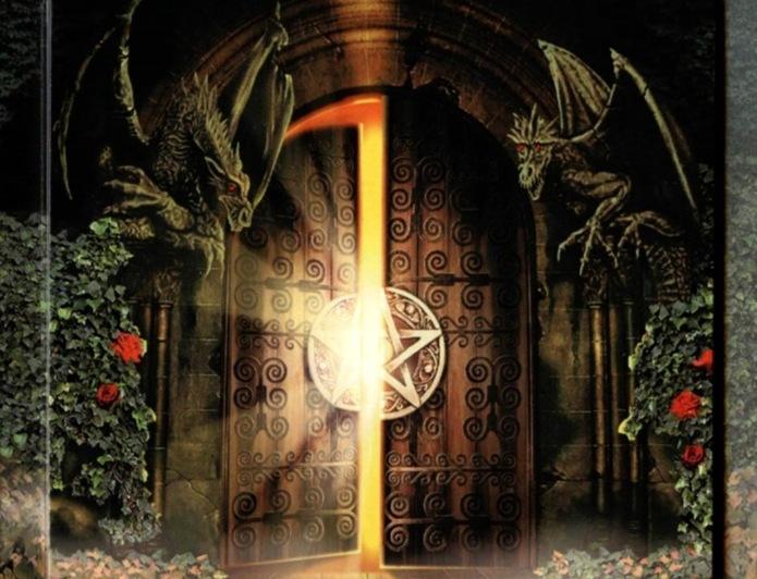 puertas con dragones y pentagrama