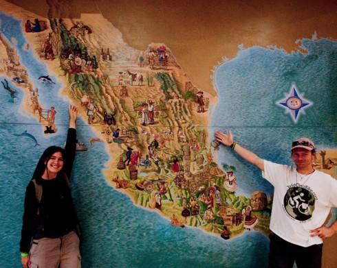 Ivana Coria y un mapa grande