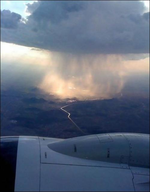 chuvanuvem Chuva localizada vista da janela de um avião