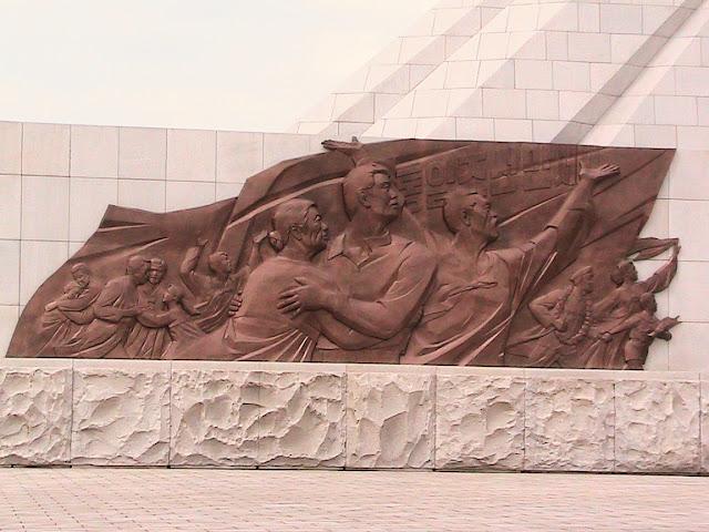 Fotos de las Crónicas de Un Viaje a Corea Monumento%20Tres%20Cartas%20Reunificacion%20%282%29