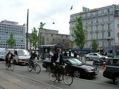 圖9-6 停車格外移,自行車道在中間