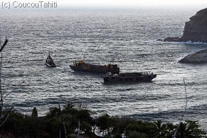 tous les bateaux de la baie prenne le large pour se protéger. Les barges de draguage aussi...