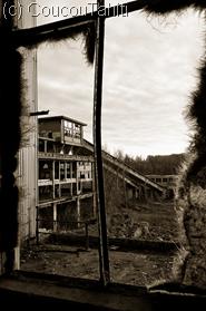 au fond, les galeries des tapis roulants remontant les tonnes de charbon directement du fond de la mine