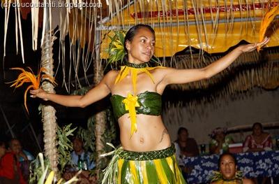 Hélène dans un magnifique Haka Manu (danse de l'oiseau)