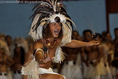"""... et dans son célèbre """"Haka Pahaka"""" (danse de l'oiseau pour l'homme)."""