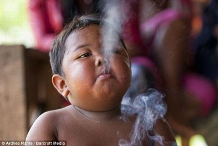 طفل إندونيسي عمره عامان ويدخن السجائر بشراهة