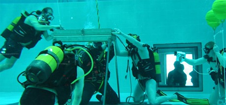 divers pool - غواصين يسبحوا