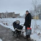 En træt far på vej hjem fra julegaveindkøbene