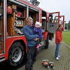Familien til vejfest på Vejrhanen, vi ser demonstration af brandbil