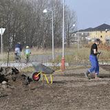 Vores kæmpe jordbunke bliver kørt ud og fordelt over hele grunden