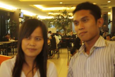 Tamu Blogger Bertuah Pekanbaru dari Malaysia, Elpa berfoto bersama Hendrawan versi blur