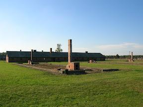 163 - Auschwitz II - Birkenau, restos de un barracón de piedra.JPG
