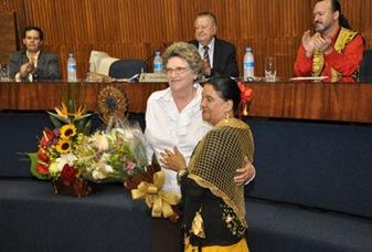 A Vice Prefeita e Secretária de Governo, Dinah Zekcer recebe homenagem dos ciganos - Foto por Júlio Bastos-PSA. (83)