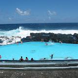 Ein Schwimmbecken am Meer- mit Meerwasser gefüllt- die Brandung ist zu stark um direkt im Meer zu schwimmen
