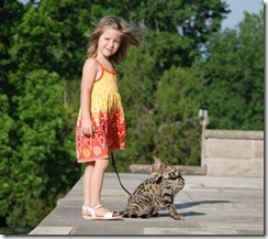 kathrin-stucki-photos-savannah-cat-and-daughter-1