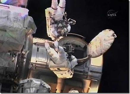 Mastracchio e Anderson durante AEV (Foto: NASA, Reuters)