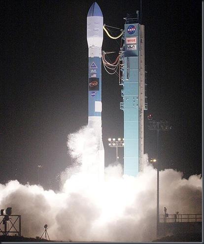 Foguete Delta II decola da base aerea de Vanderberg levando WISE (Foto: NASA)