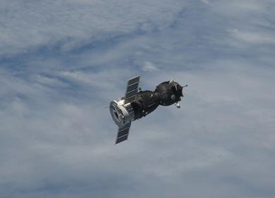 Nave durante a manobra de aproximação do complexo(Foto: NASA)