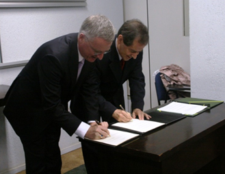 Diretor geral do ESO Tim de Zeeuw e ministro Sergio Rezende assinam acordo (Foto: Paulo Aguiar / MCT)