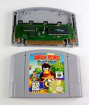 Cartucho do Donkey Kong Racing. Destaque para a placa e chips internos - A História dos Vídeo Games - Nintendo Blast