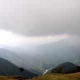 山頂から見下ろした風景。雲が厚くかかってガスっています。