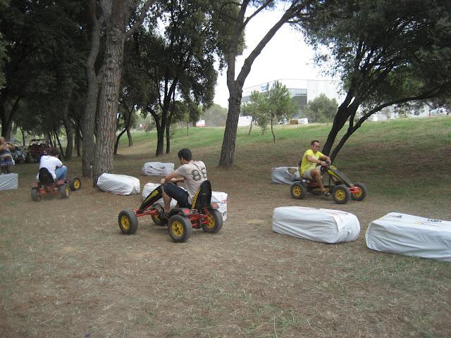 los adultos también compitieron con los coches de pedales