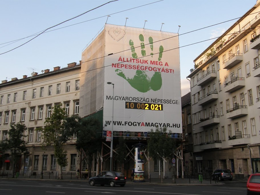 népességfogyás-számláló, Budapest,  VI. kerület,  Bajcsy-Zsilinszky út, óriásmolinó,   reklámháló, takaróháló, blog, reklám, óriásplakát, nemzethalál,  Nagycsaládosok Országos Egyesülete (NOE), Magyar Anya- és Családvédelmi Program