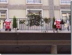 2010.12.12-013 pères Noël aux balcons