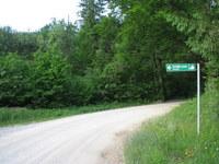 Kažipot na začetku gozdne ceste