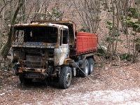 Zgoreli tovornjak ob cesti
