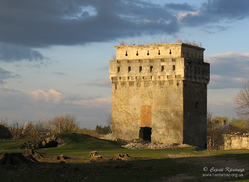 двор замка, угловая башня и вход в подземелье