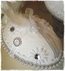 Perler blomster og silkebånd